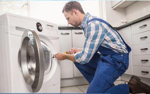 Мастер встраивает стиральную машину