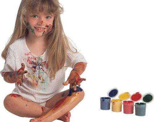 Девочка в испачканной гуашью одежде