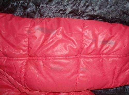 Мазут на красной куртке