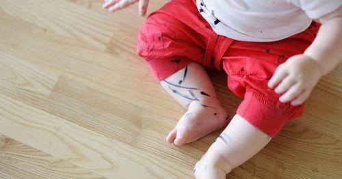 Испачканный маркером ребенок