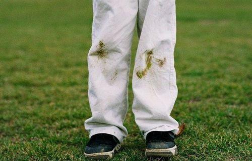 Пятна от травы на штанах