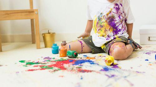 Ребенок испачканный красками