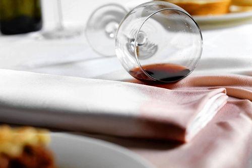 Вылитое вино на скатерть